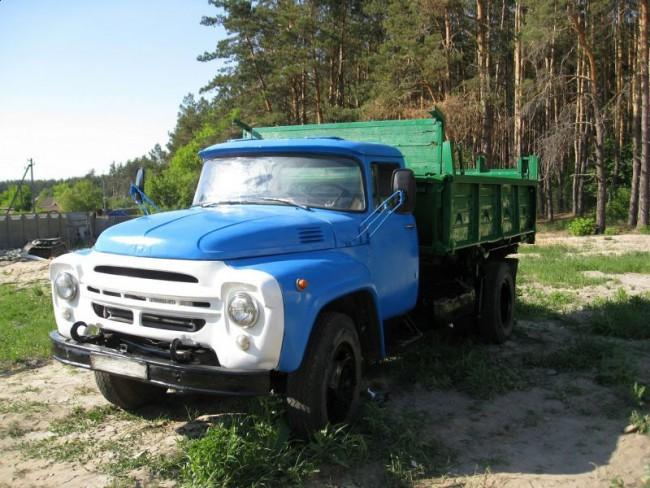 Автомобиль ЗИЛ-130 около леса