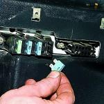 Заглушите мотор и извлеките предохранитель бензонасоса для сброса давления.