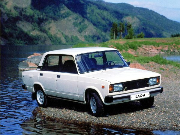 Автомобиль ВАЗ 2105 белого цвета