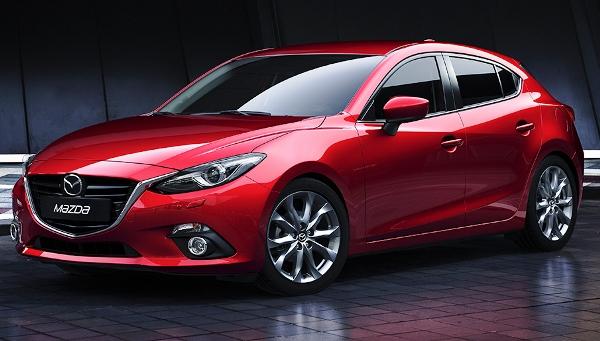 Алый автомобиль Mazda 3