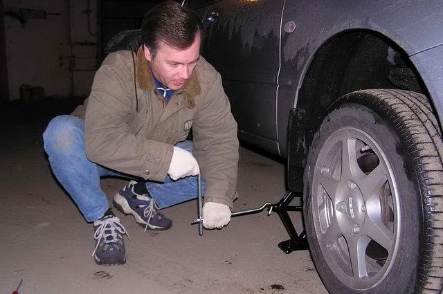 Для начала поддомкратьте автомобиль и демонтируйте колесо.
