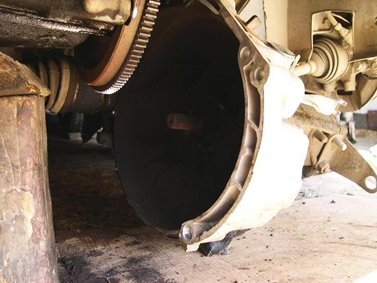 Подставьте под двигатель опору, отодвиньте коробку и замените диски