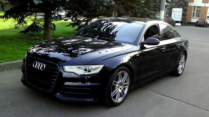 Автомобиль Ауди черного цвета