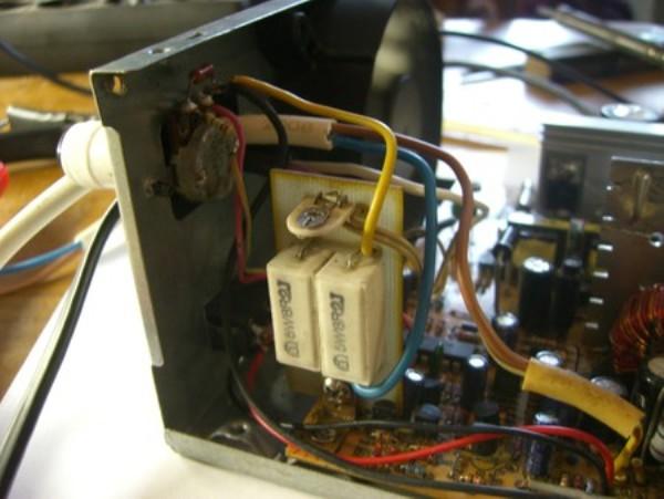 Установите плату и блок резисторов.