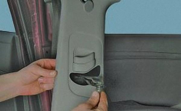 Демонтируйте облицовочную часть, одновременно выводя пряжки ремешка.