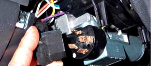 Сняв пластиковый кожух, отсоедините колодку проводов от группы.