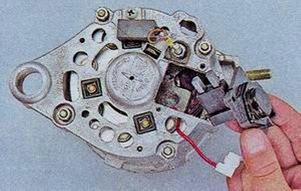 Демонтируйте регулятор со щетками.
