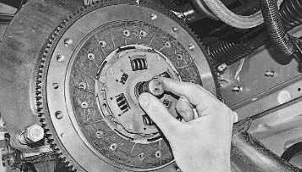 Установите новый диск и извлеките втулку.