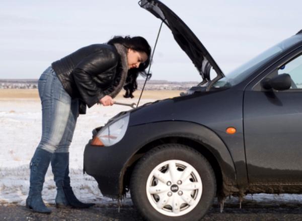 Девушка столкнулась с проблемой разряда АКБ прямо на дороге