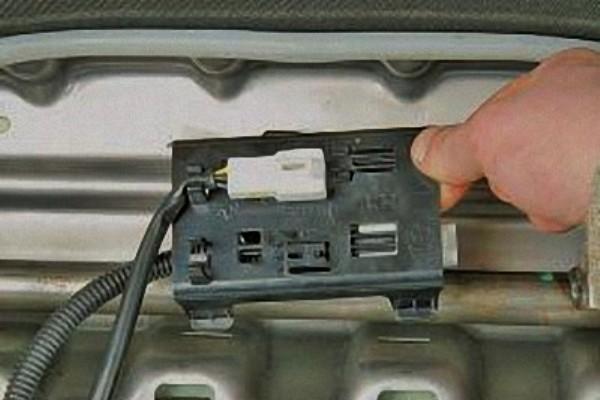 Демонтируйте держатель колодок.