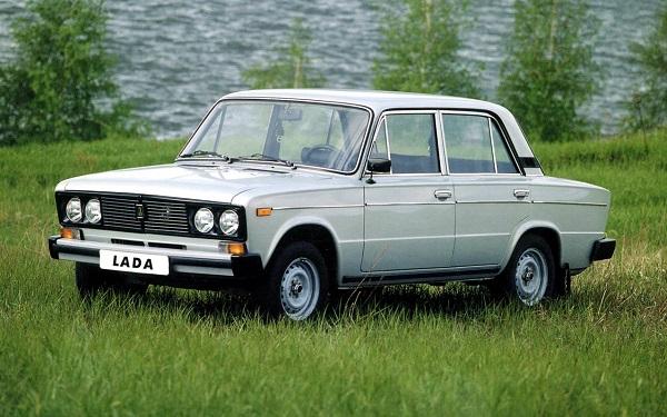 Белый автомобиль ВАЗ 2106