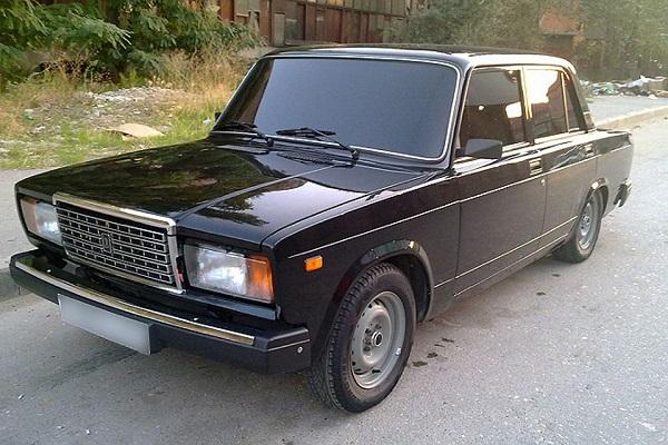 Черный автомобиль ВАЗ 2107