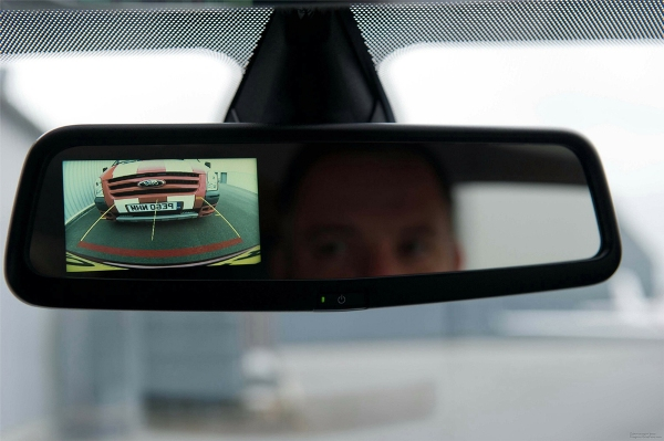 Изображение камеры в зеркале заднего вида