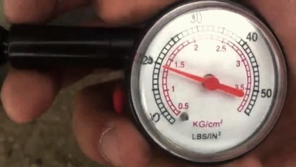 Манометр для измерения давления в шинах: что это за приспособление?