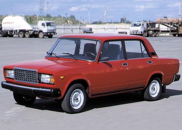 Красный автомобиль ВАЗ 2107