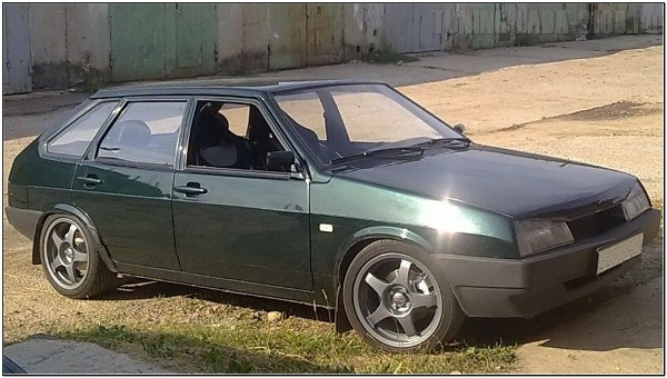 ВАЗ 2109 зеленого цвета