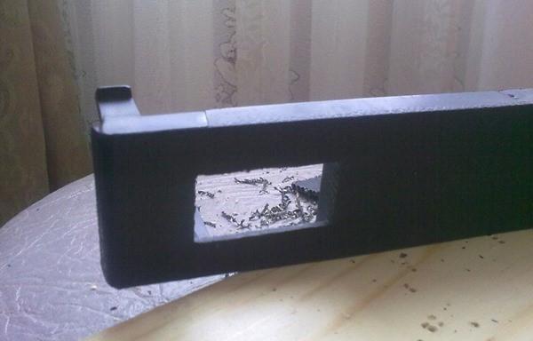 Вырежьте отверстие под дисплей вольтметра.
