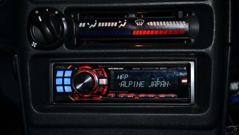 Автомагнитола Alpine в центральной консоли авто