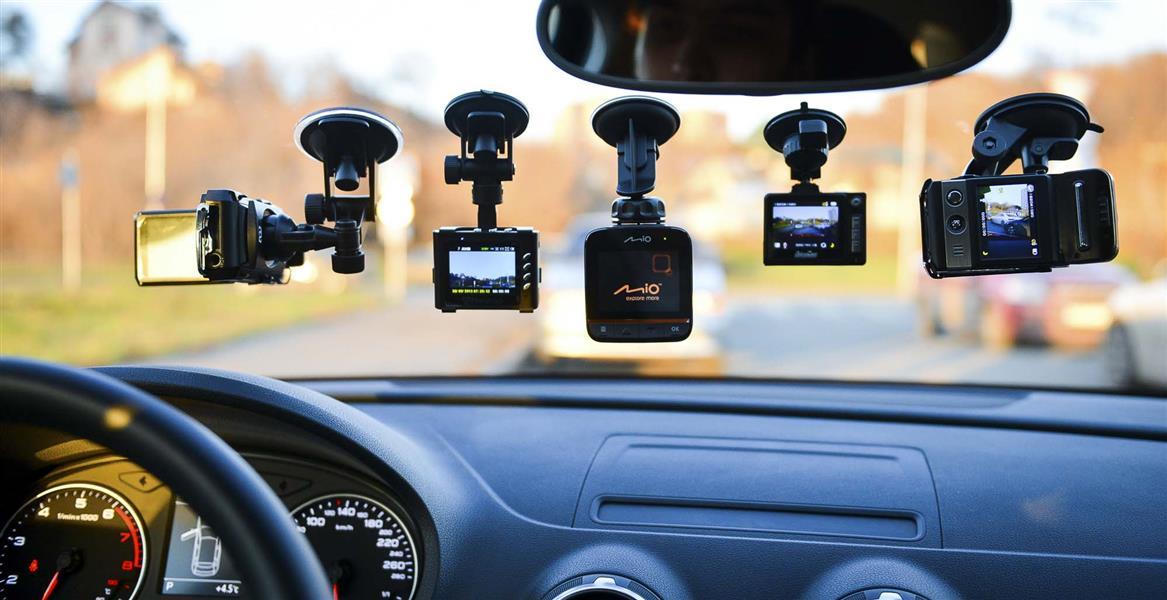 Пять видеорегистраторов на лобовом стекле авто
