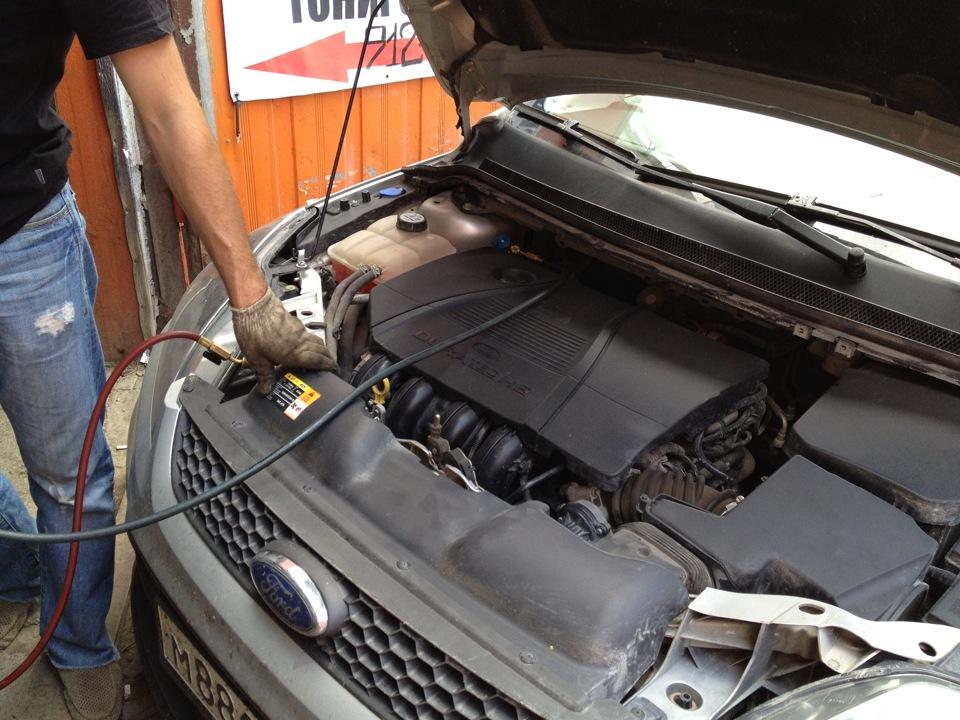 Процесс заправки кондиционера в автомобиле Форд Фокус