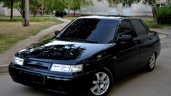 Черный автомобиль ВАЗ 2110
