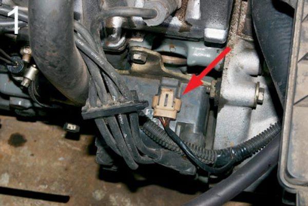 Место расположения регулятора в моторном отсеке