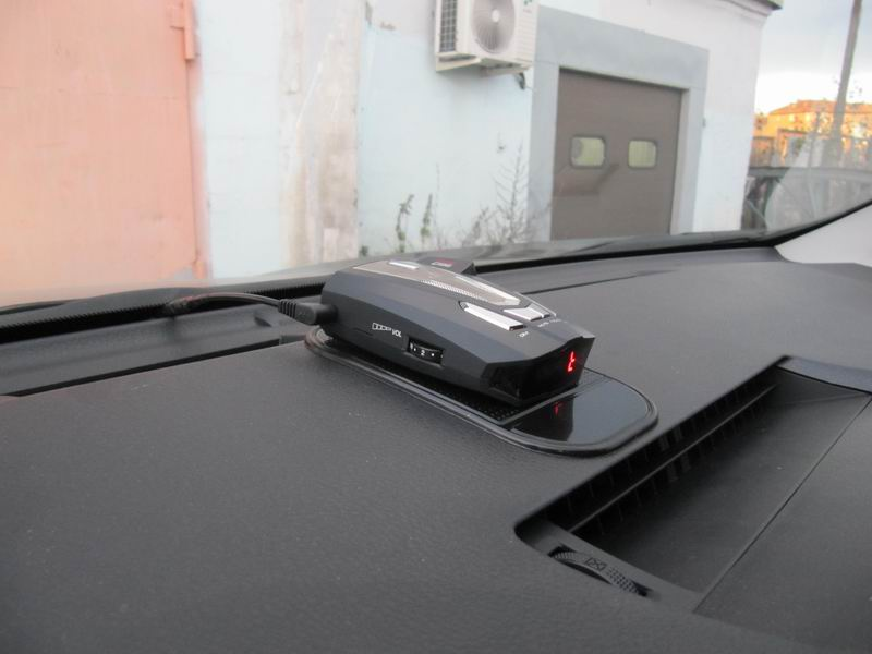 Антирадар-детектор на центральной консоли авто