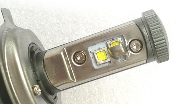 Лампа с вертикальной компоновкой светодиодов