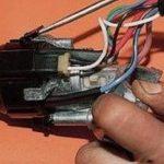Отожмите фиксаторы и демонтируйте контактную группу.