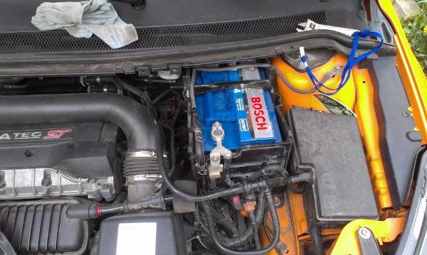Тот же моторный отсек - крышка батареи снята