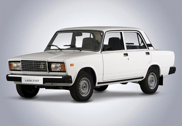 Белый автомобиль ВАЗ 2107