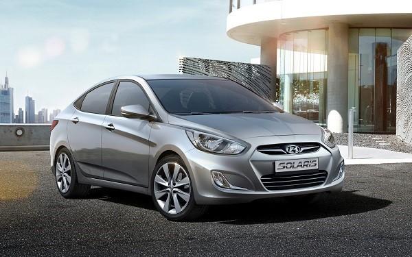 Серебристый автомобиль Hyundai Solaris