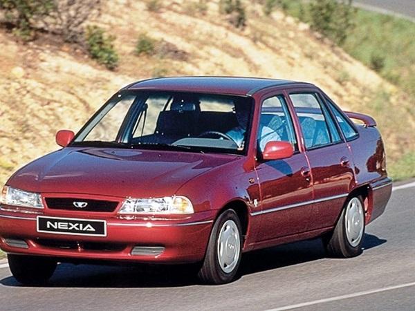 Вишневый автомобиль Daewoo Nexia