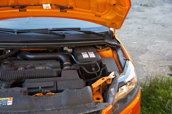 Моторный отсек Форд Фокус - АКБ закрыта крышкой