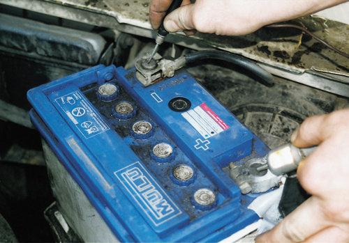 Снятие клемм для демонтажа батареи