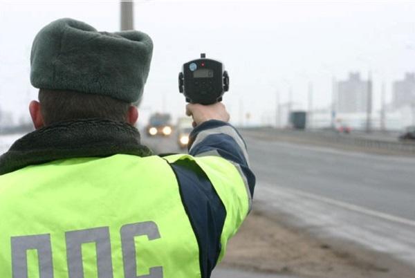 Инспектор ДПС с радаром