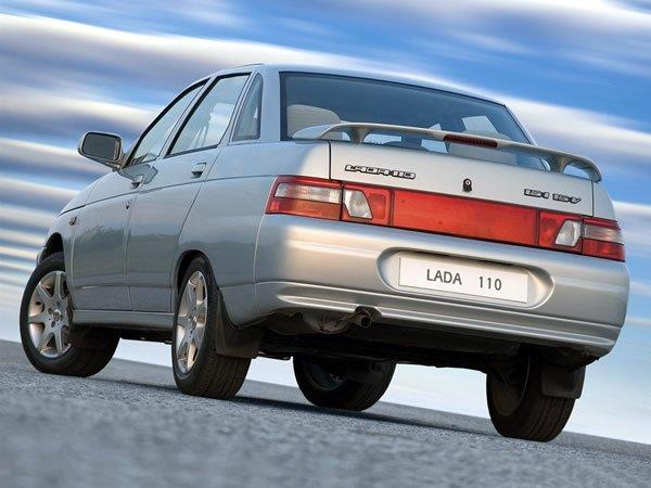 Серебристый автомобиль ВАЗ 2110
