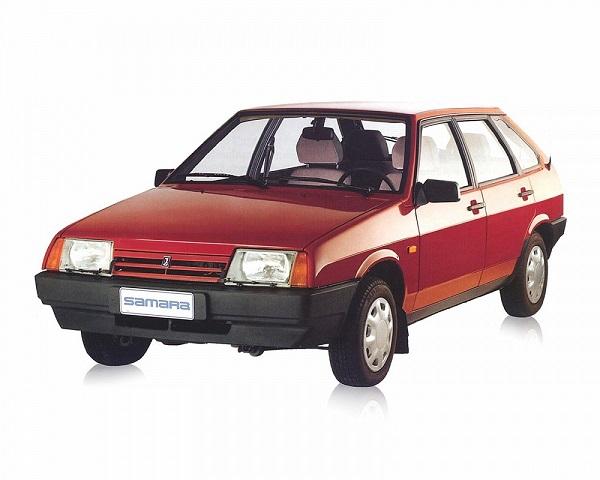Красный автомобиль ВАЗ 2109