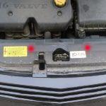 Откройте капот и отключите АКБ, после чего выкрутите крепления бампера и демонтируйте его.