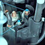 Гаечными ключами открутите болты, отмеченные на фото.