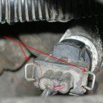 Нажмите на фиксаторы разъема и отключите провода.
