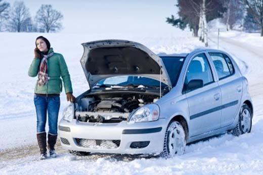 Девушка на заснеженной дороге - автомобиль отказывается заводиться в мороз