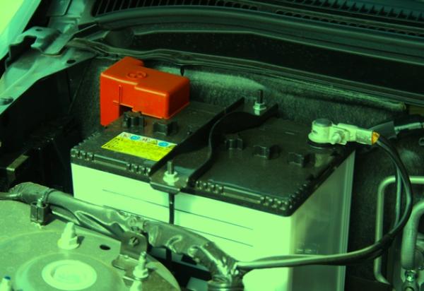 Аккумулятор в моторном отсеке Ниссана