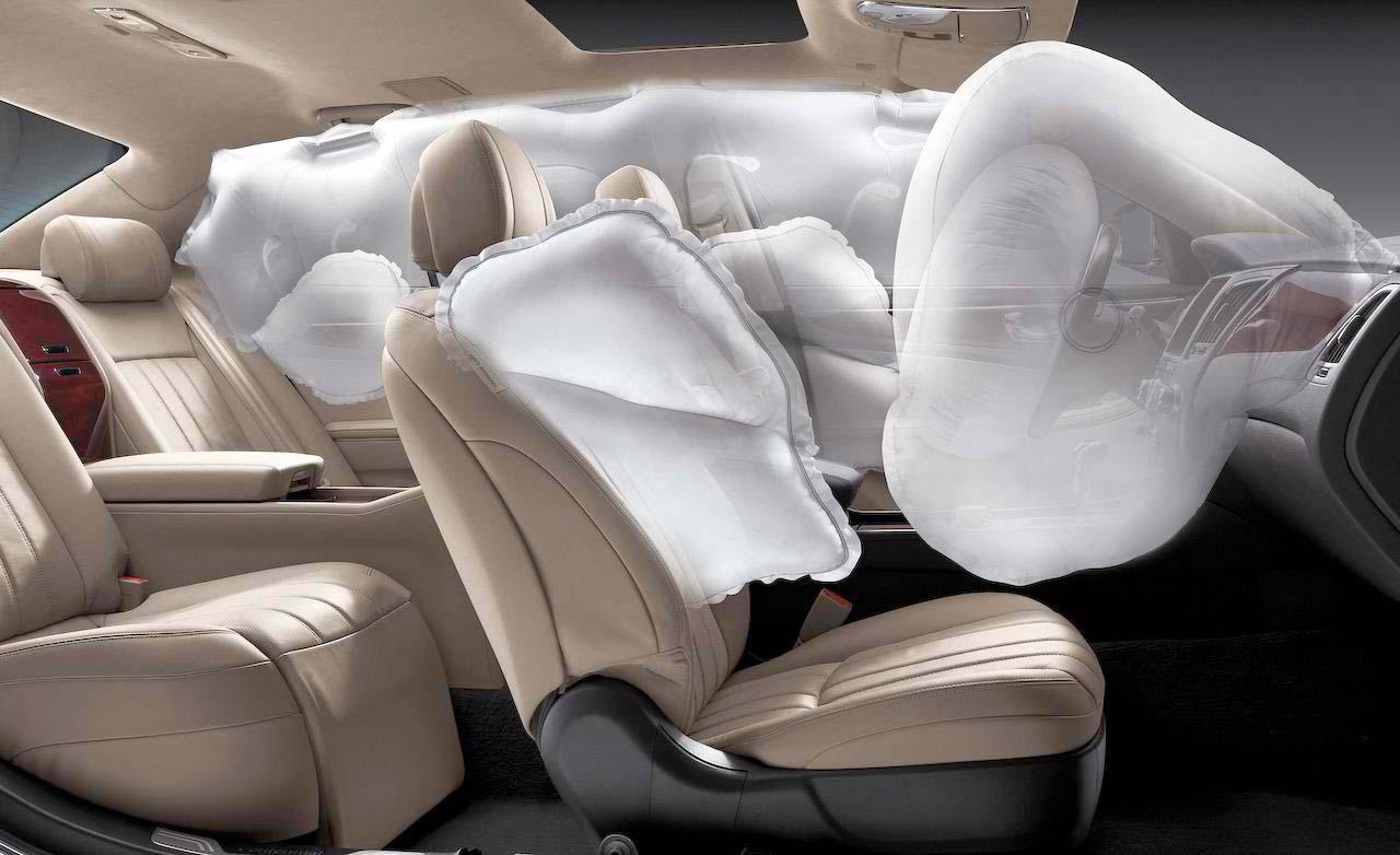 Раскрытые подушки безопасности в салоне машины