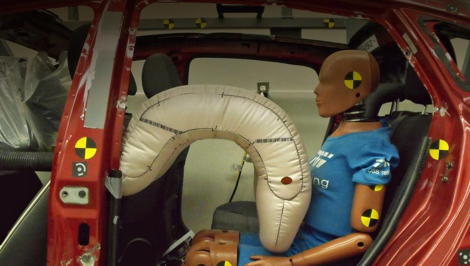 Манекен за рулем машины