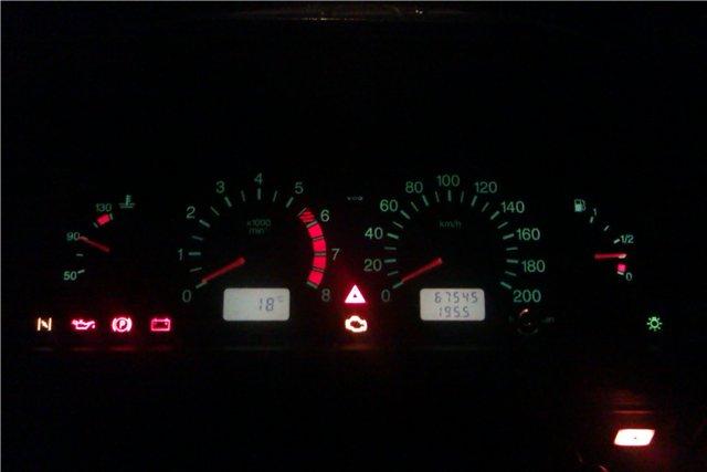 Значок Check Engine под аварийной сигнализацией - говорит о неполадках в работе мотора