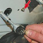 Откручивание гаек крепления моторедуктора
