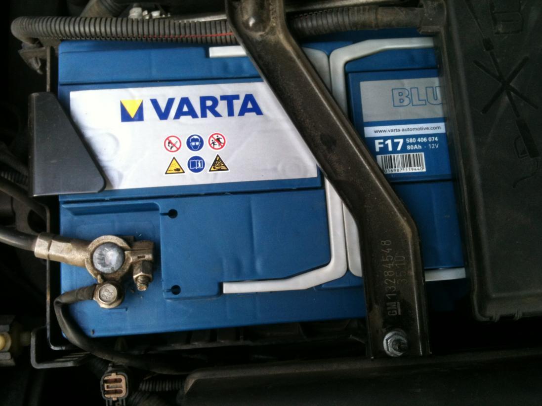 Аккумулятор в моторном отсеке