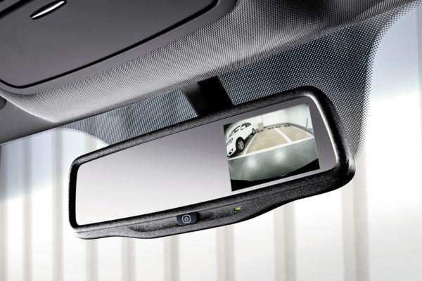 Изображение камеры заднего хода в зеркале