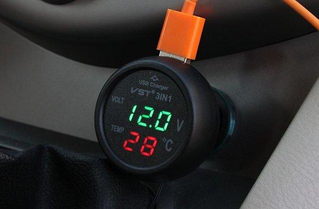 Цифровой термометр и вольтметр, подключенный к гнезду ПА